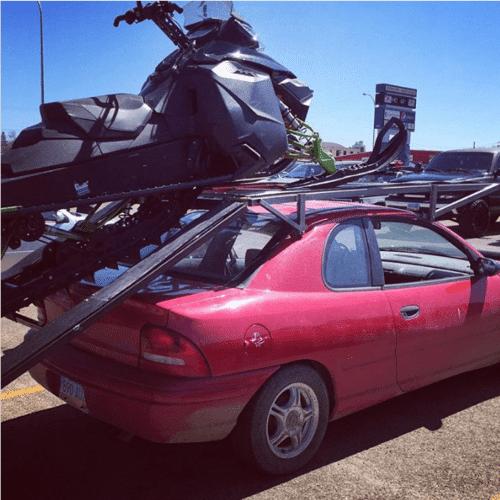 эвакуация мотособаки на крыше машины