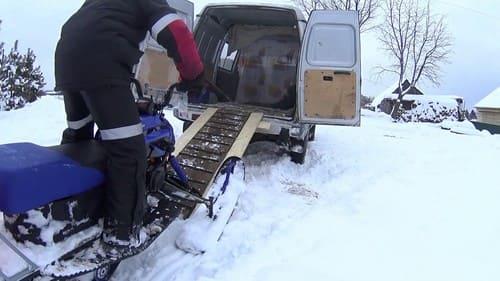 погрузка снежного авто в микроавтобус газель