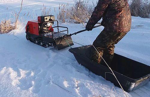 Снимок мужчины на снегоходе Forza 15